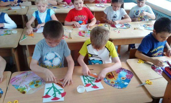 Дети выполняют аппликацию Гвоздики