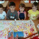 Дети делают коллективную композицию с салютом и картинками Кремля