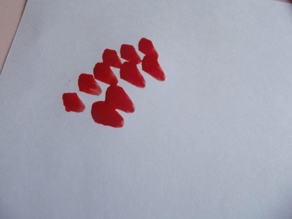 Короткие красные мазки на бумаге
