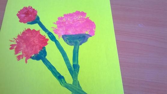 Нарисована нижняя часть цветков и стебли