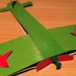 Зелёный самолёт с красными звёздами