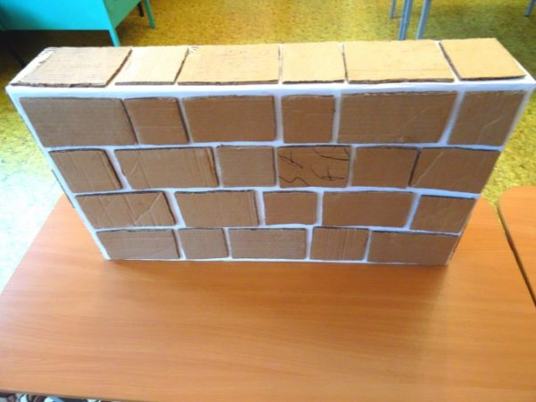 Коробка, обклеенная картонными прямоугольниками