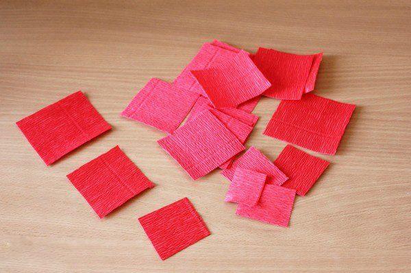 Красные квадраты из бумаги