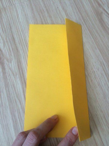Сложенный пополам лист жёлтого цвета со сгибом