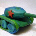 Зелёный танк с синими колёсами