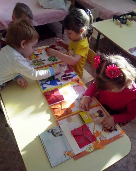 Дети работают с лэпбуком Осень