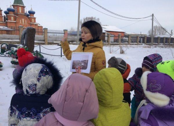 Педагог показывает дошкольникам храм в родном городе