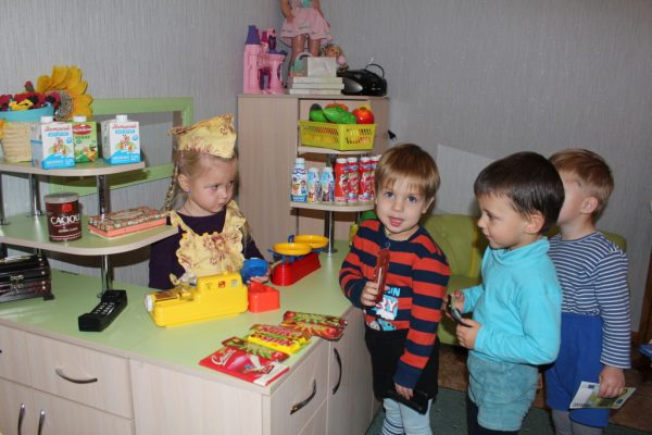 Младшие дошкольники играют в магазин