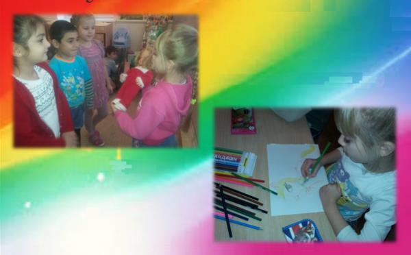 Девочка рекламирует другим детям куклу, другая девочка рисует рекламу игрушечного пони
