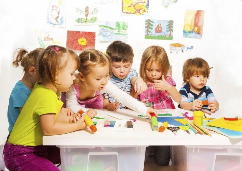 Дети делают аппликацию