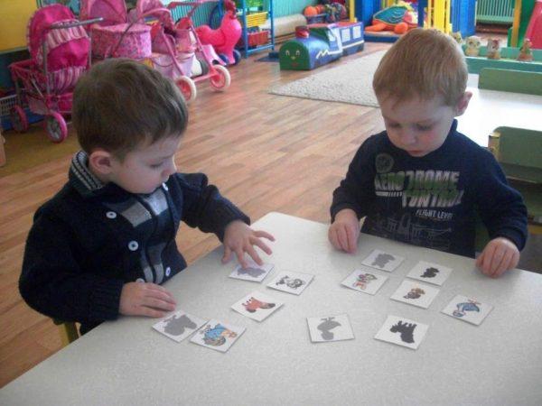 Два мальчика соединяют животных и их тени