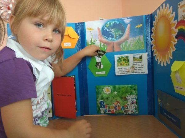 Девочка занимается с экологическим лэпбуком