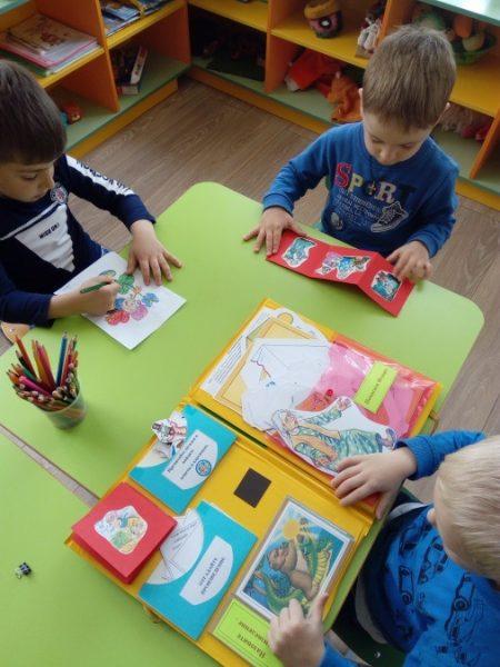 Старшие дошкольники занимаются с лэпбуком по сказкам К. Чуковского
