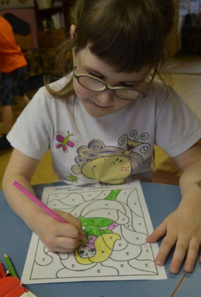Девочка раскрашивает картинку по цифрам