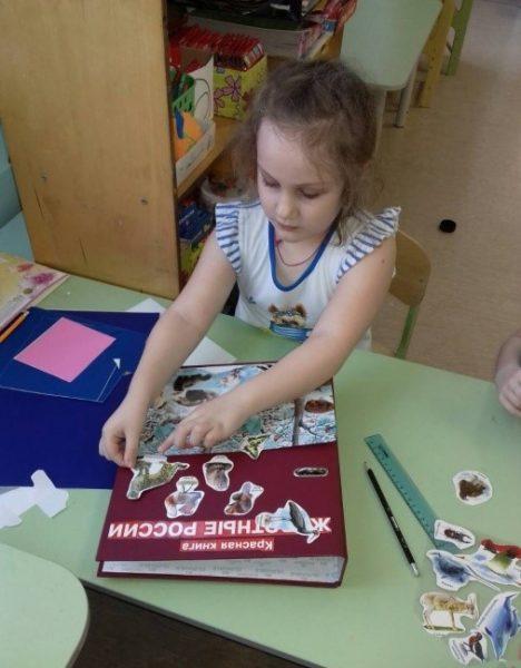 Девочка оформляет обложку лэпбук «Красная книга»