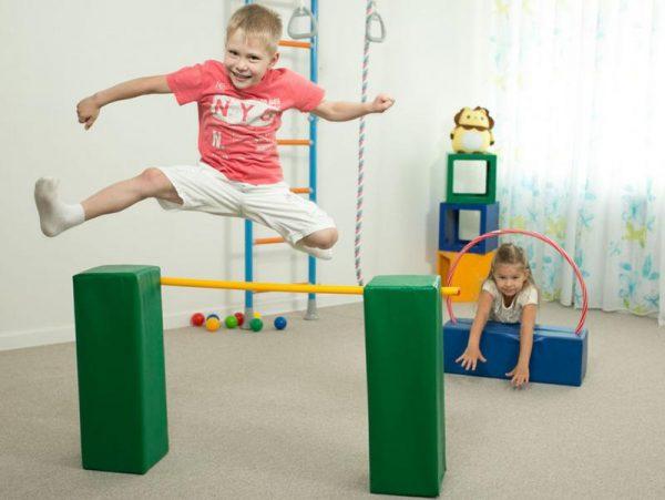 дети в спортивном уголке
