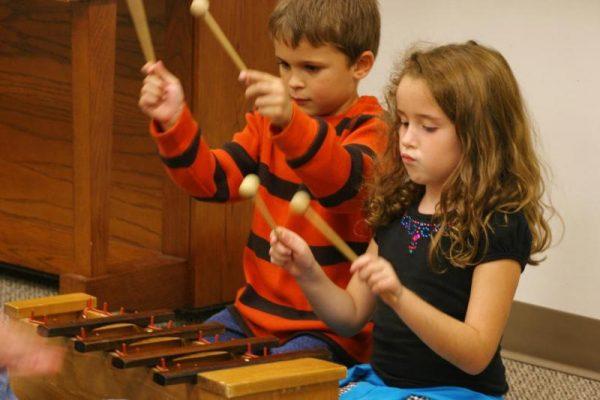 дети играют на ксилофоне