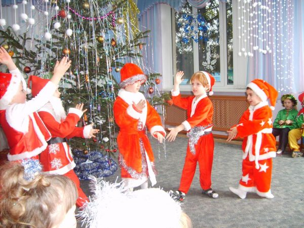 Дети танцуют в костюмах дедов морозов