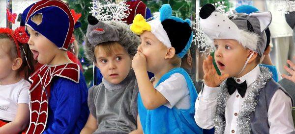 Дети в костюмах что-то кричат