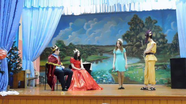 На сцене подростки играют сценку с королём и королевой
