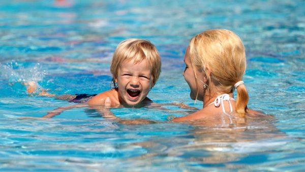 Ребенок плавает вместе с мамой