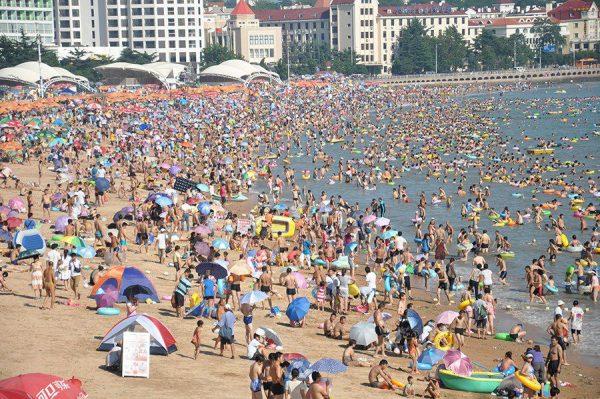 Пляж, переполненный отдыхающими