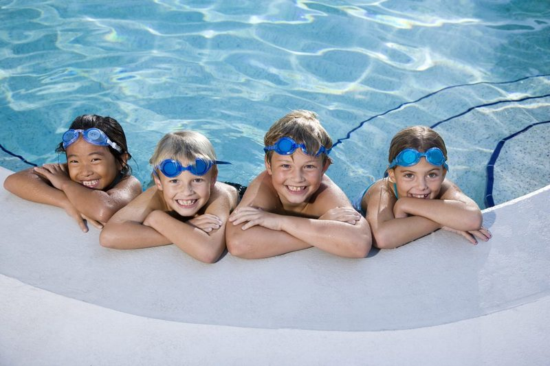 Дети в бассейне
