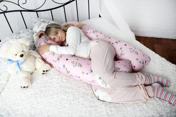 Женщина лежит на специальной подушке