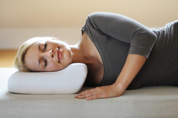 Женщина спит на ортодепической подушке