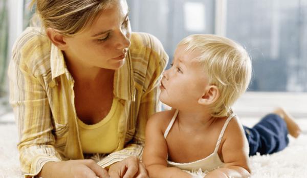 Мама с ребёнком смотрят друг на друга