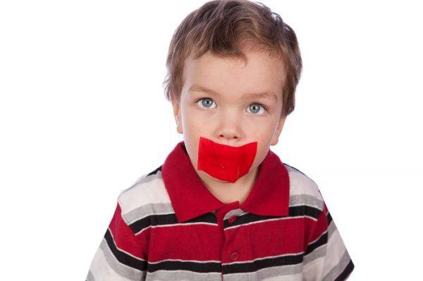 У мальчика заклеен рот скотчем