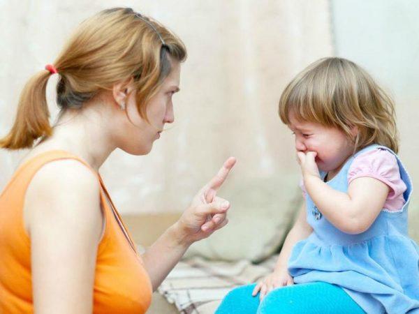Мама ругает маленькую дочь