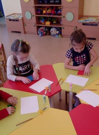 Дети складывают лист бумаги гармошкой