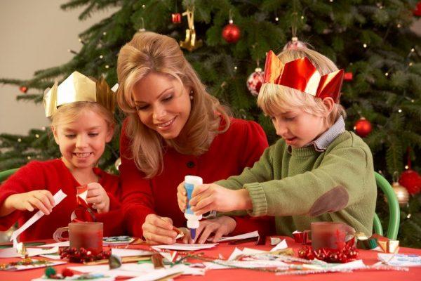 дети изготавливают новогодние игрушки