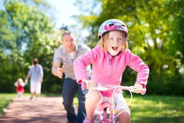 Любого ребёнка можно научить кататься на велосипеде, используя несложные приёмы и маленькие хитрости.