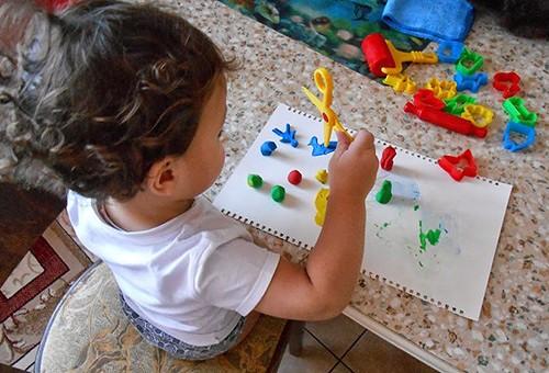 Ребёнок занимается с пластилином