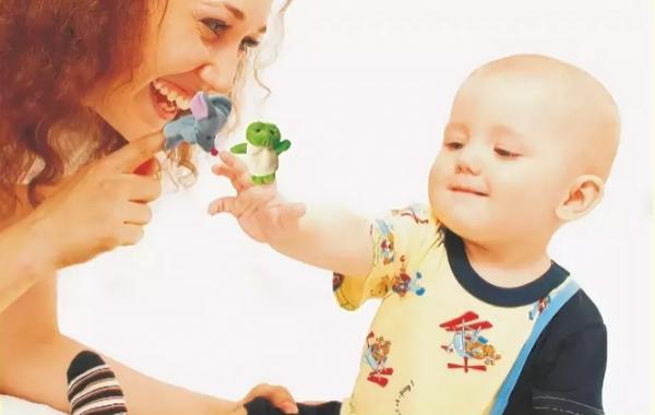 Мама с сыном надели на пальцы фигурки животных и играют