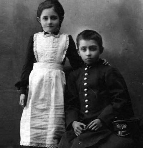 брат и сестра в нарядной школьной форме