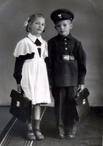 мальчик и девочка в школьной форме