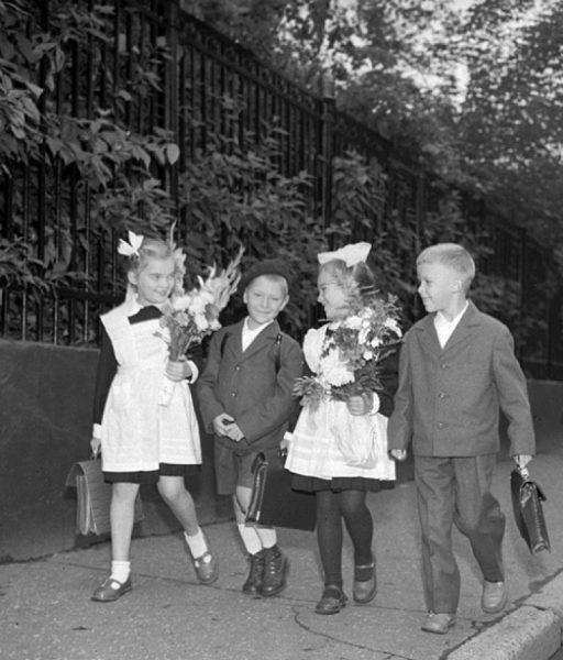 дети идут в школу на 1 сентября