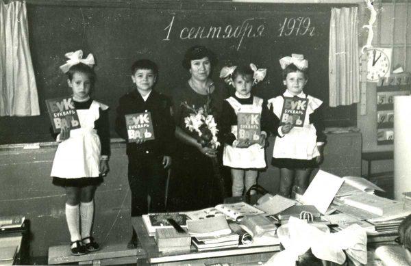 малыши с первой учительницей