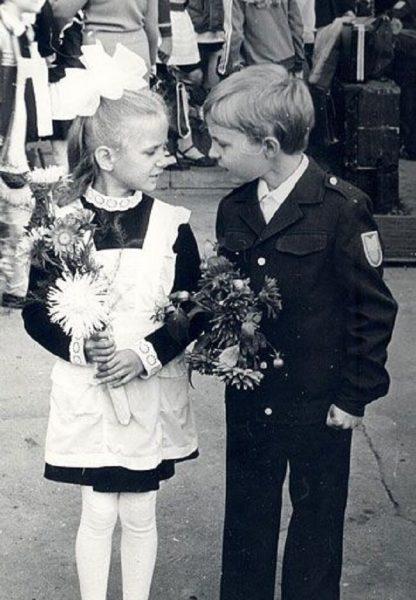 первоклассники мальчик и девочка спорят