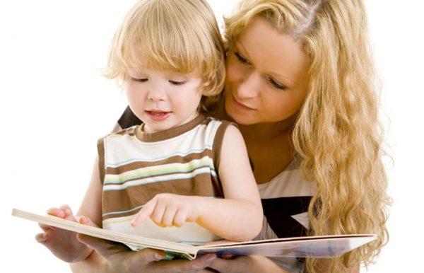 Мама с ребёнком рассматривают книгу