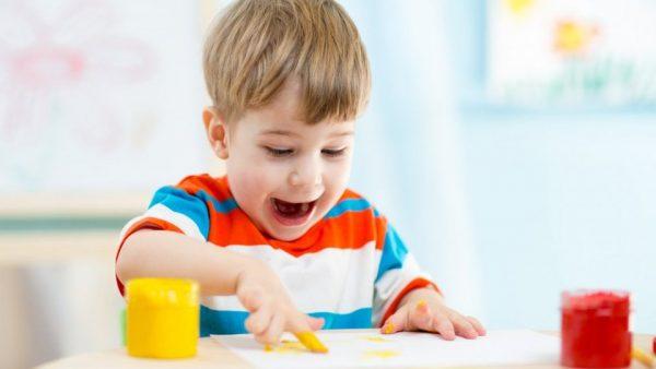 мальчик рисует пальцами