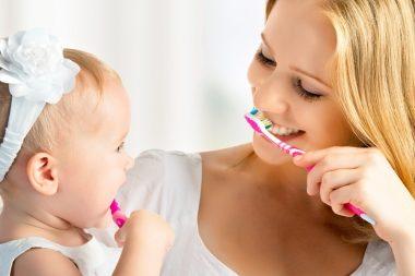 мама чистит зубы ребенку