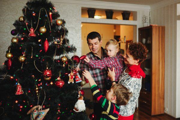 семья украшает елку