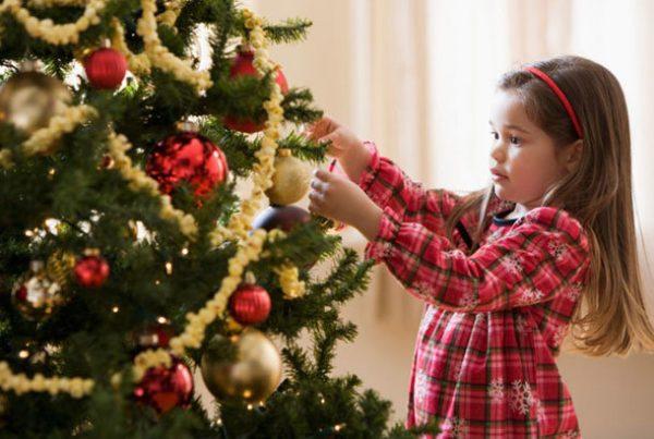 девочка украшает ёлку