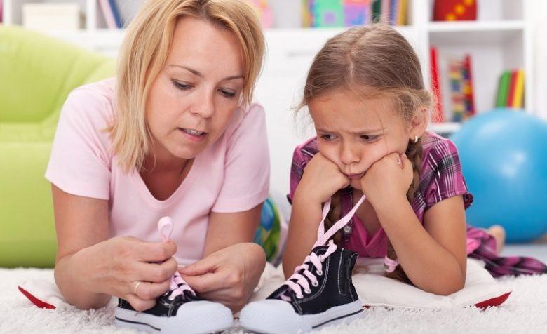 Научить ребёнка завязывать шнурки не так сложно, как кажется, главное - мотивация и развитая моторика рук.