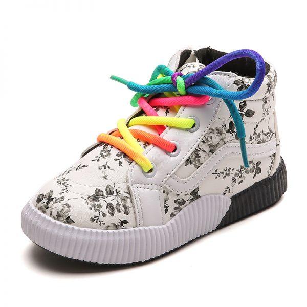Детские кроссовки с разноцветными шнурками