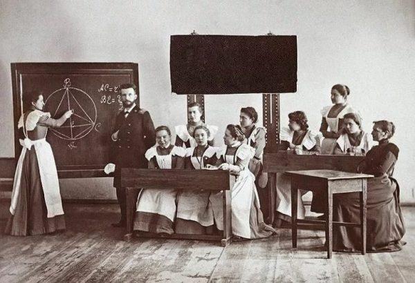 Учитель и взрослы ученицы в царское время